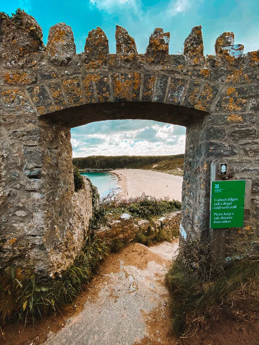 The entrance to Barafundle Bay Beach