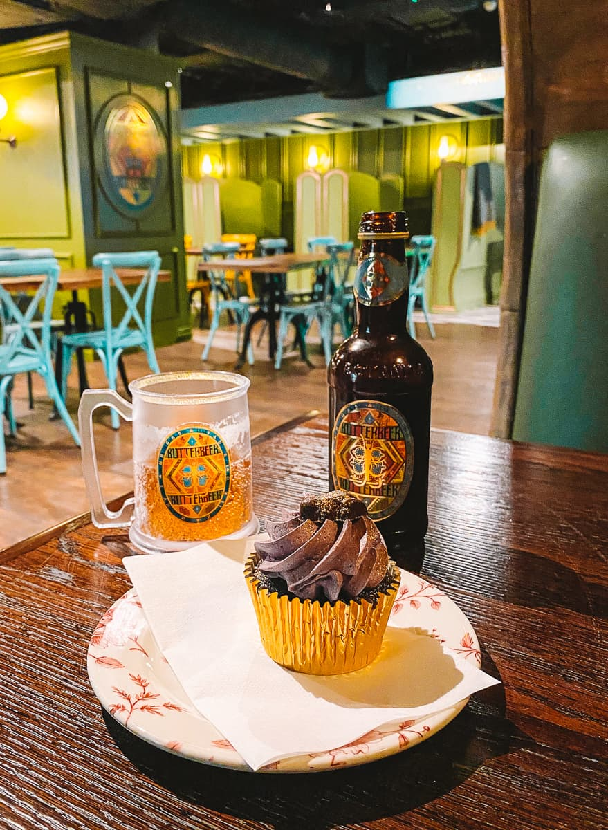 Butterbeer Tankard and Chocolate Frog Cupcake at the Harry Potter Butterbeer Bar in London