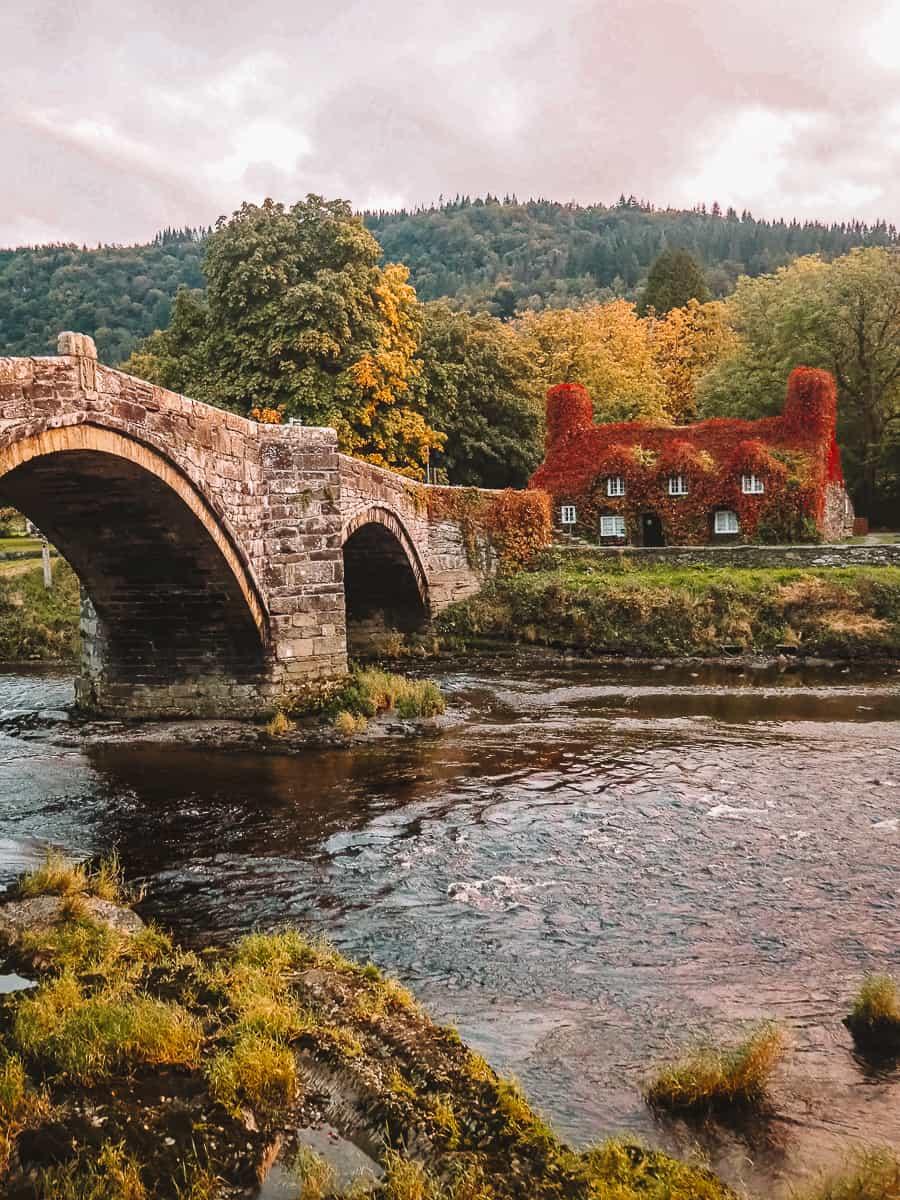 Tu Hwnt I'r Bont Wales