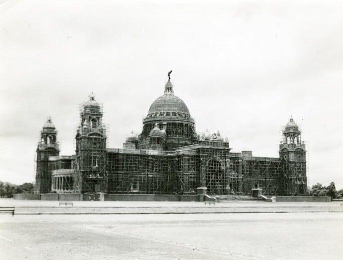 Victoria Memorial painted black during World War II